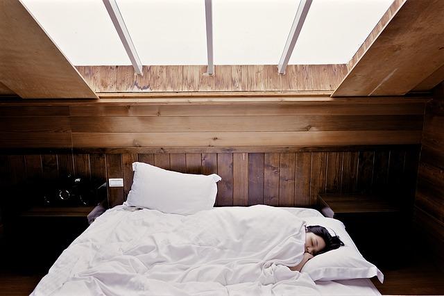 Trpíte nespavosťou? Máme pre vás pár trikov ako zaspať!