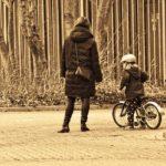 Ako naučiť dieťa bicyklovať bez pomocných koliesok